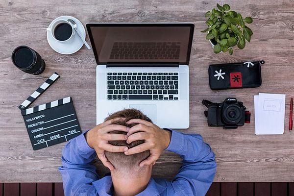 persona angustiada frente a ordenador portatil